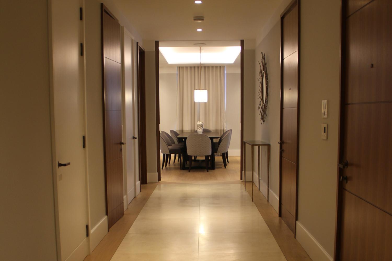 Crema Marfil Corridor with wooden border – Kinorigo (1)