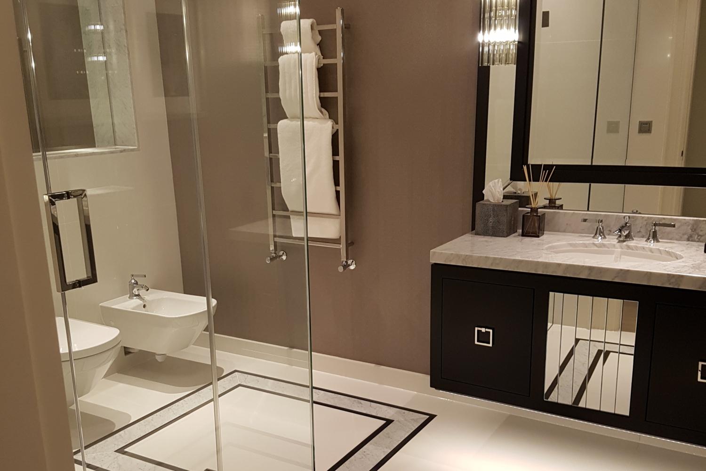 Natural stone bathroom with stately borders and vanity – Kinorigo