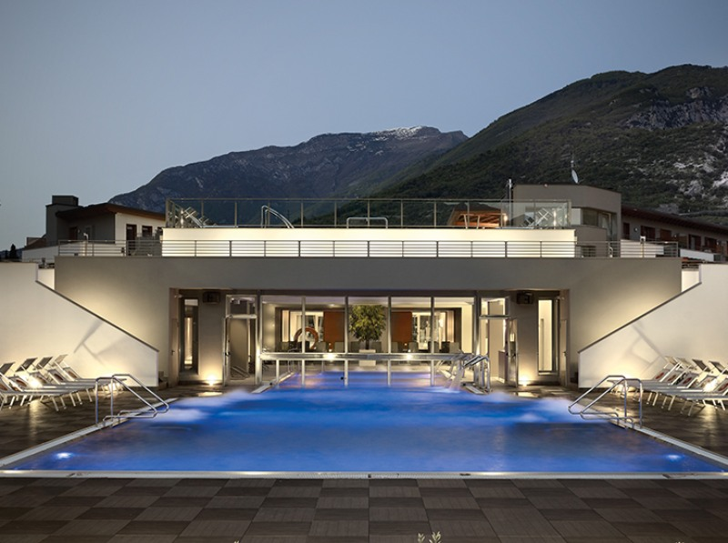 Piscina sfioro Residence wellness Riva Del Garda – Deck 2CM 2