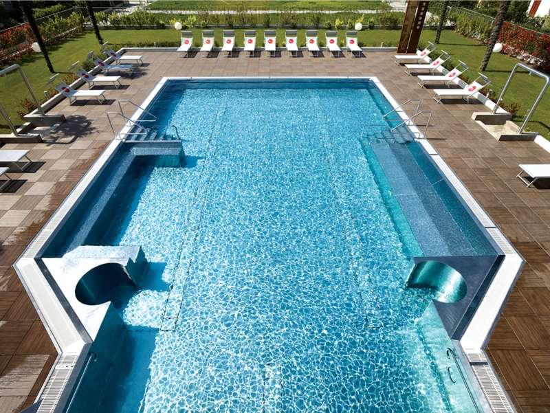 Piscina sfioro Residence wellness Riva Del Garda – Deck 2CM 3