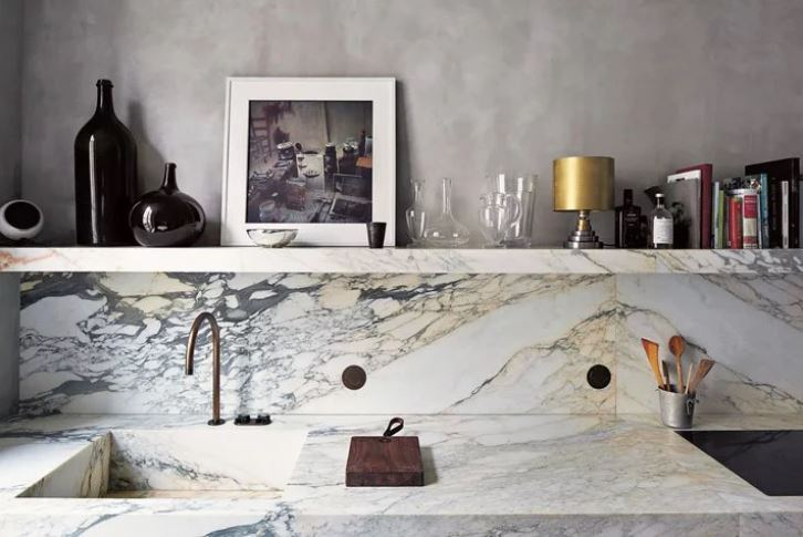 marble kitchen splashback with decorative shelving